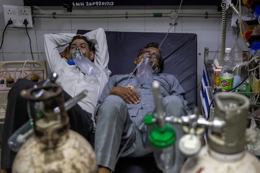 Sağlık bakanlığına göre Hindistan, 15 Nisan günü rekor sayıda 200.739 Koronavirüs vakası bildirdi, 200.000'i aşan vaka sayıları üzerine Delhi hükümeti başkentte hafta sonu sokağa çıkma yasağı ilan etti ve hastaları tedavi eden hastaneler ciddi yatak ve oksijen kıtlığı bildirdi. Doktorların sonuçlarını öngöremediği bu mücadele fotoğrafta göründüğü üzere perişan durumda hastalar ve yüksek ölüm rakamları ile sonuçlandı.