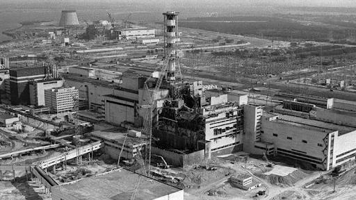 Çernobil nükleer felaketi, ilk anda santralde görevli 31 kişinin hayatını kaybetmesine neden oldu. Yetkililer felaketin sadece bununla sınırlı olduğunu düşünüyordu ancak gerçek öyle değildi. İnfilak eden kısmın asıl yıkıcı etkileri daha sonra ortaya çıktı. Çernobil faciası bazı bağımsız araştırmalara göre yaklaşık 200 bin kişinin doğrudan ya da kanser gibi hastalıklar ile dolaylı olarak ölümüne sebep oldu ve belki de kalıtsal olarak sebep olmaya devam ediyor. (BBC)